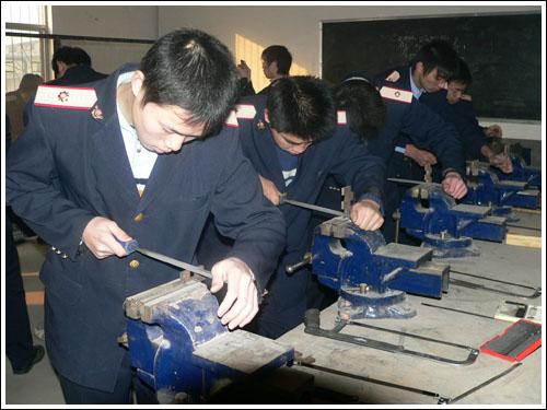 石家庄铁路职业技工学校钳工实训 机电技术应用(2011年) 中专中技 第1张