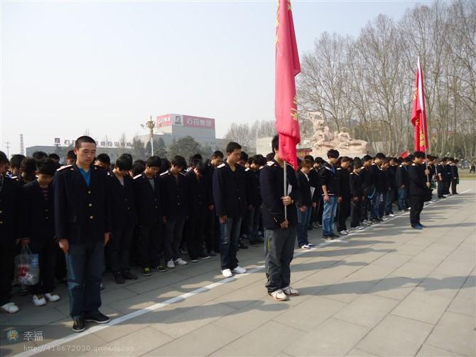石家庄铁路技校扫墓 4月5日,石家庄铁路技校组织学生到烈士陵园扫墓 学校图片