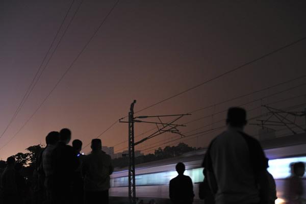 京广线高压电线杆上跳下一男子砸在火车上 玩命!男子从京广线高压电杆上跳下砸中火车 资料