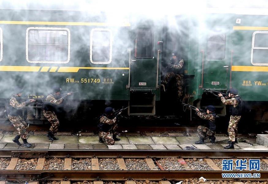 武警火车反劫持演练 武警反劫持演练保铁路平安(铁路图片) 学校图片