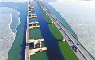 横跨官厅水库的京张高铁特大桥 铁路技校关注京张高铁建设 资料